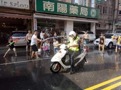 公然「洗警」!民眾趁打水戰活動 替巡邏員警沖涼
