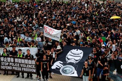 反送中》新聞界「靜默遊行」 譴責黑警阻礙採訪