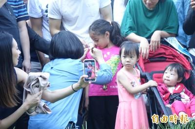 家長要求女童衣服上簽名 蔡英文蹲下輕聲問:可以嗎?