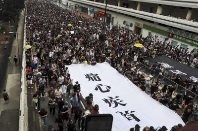 反送中》不滿立場偏頗 示威群眾阻擋親中港媒TVB拍攝