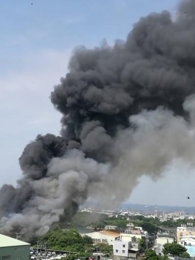 中壢某資源回收場濃煙竄天 民眾:火好大、好臭…