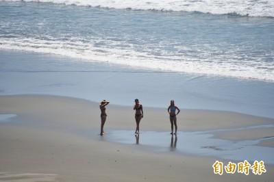 海巡東部分署無人機海灘飛航演練... 偵搜到比基尼美女