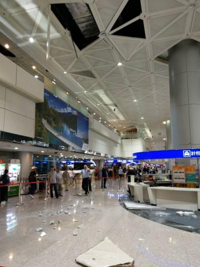 桃機二期航廈入境大廳天花板塊墜落 巨大聲響嚇壞人