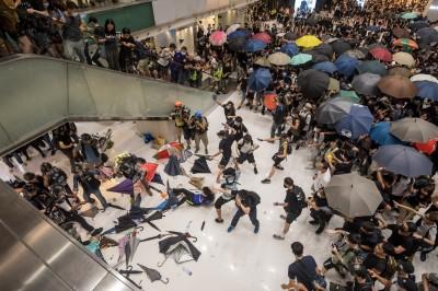 香港沙田商場警民血鬥 示威民眾「困獸」咬斷警察手指