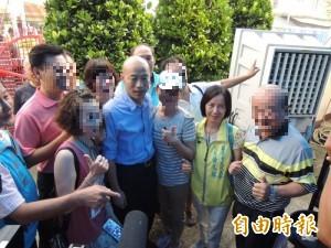 有事嗎?韓粉在喪宅跟韓國瑜搶合照、喊「總統好」 網轟爆