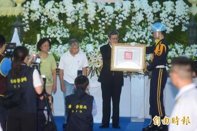 副總統頒發總統褒揚令 鐵警局長朗誦李承翰生平