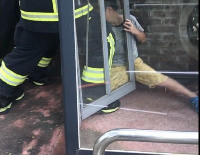 男童受困電話亭 消防員合力撐開門縫救人
