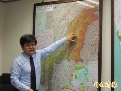 高市都發局長在桌面示範「淹水」︰工程治理只是治標