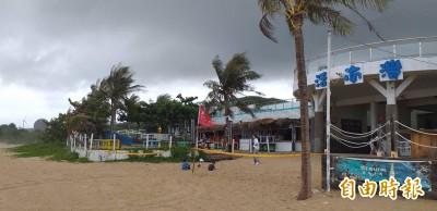 導遊颱風天硬要下南灣海灘 海邊巡邏員爆氣:溺水誰負責