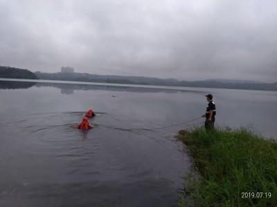 男子疑游水庫捕魚 太冷又無力求救急送醫