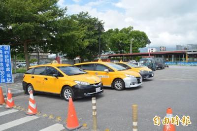 花蓮火車站計程車停等區喬不攏 運將怒吼要「路中載客」