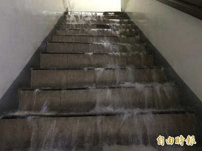 扯!高雄寶珠溝淹水 大樓驚見階梯瀑布、電梯「下雨」