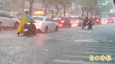 韓國瑜零災損破功!3區時雨量破百毫米 鳳山大水淹進住家