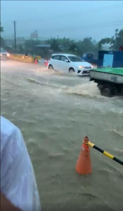 韓粉高雄雨中直播 站黃水中大喊:這是積水不是淹水!