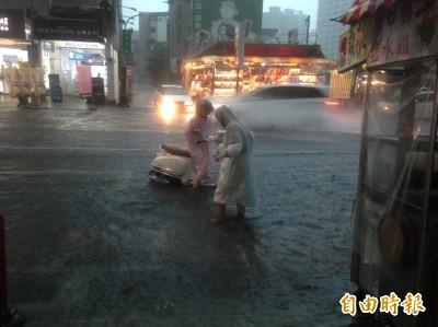 市府清淤神話破功?下午雷雨大作 高雄多處街道積水