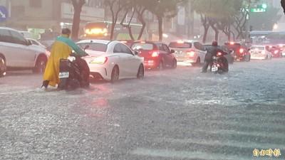 韓國瑜才自誇清淤就淹大水 高雄人怒:淹到沒辦法回家