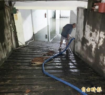 要夠力才有抽水機? 鳳山大廈淹40小時 自力救濟抽不完