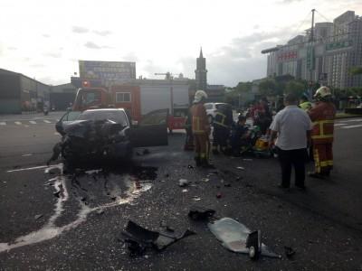 乘客飽受驚嚇!蘆洲消防隊門口 轎車猛撞公車、駕駛身亡
