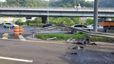 轎車國道自撞護欄 夫妻雙雙彈出車外夫命危