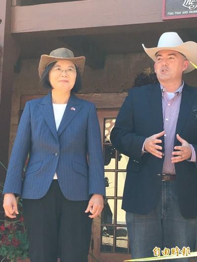 蔡總統戴牛仔帽騎馬! 網笑:騎馬可以、不要握手