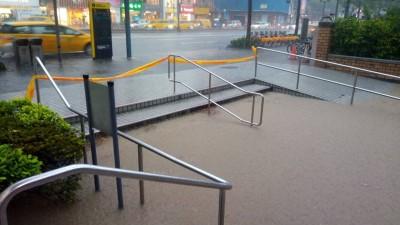 雙北下大雨 捷運公館等4站出口一度積大水