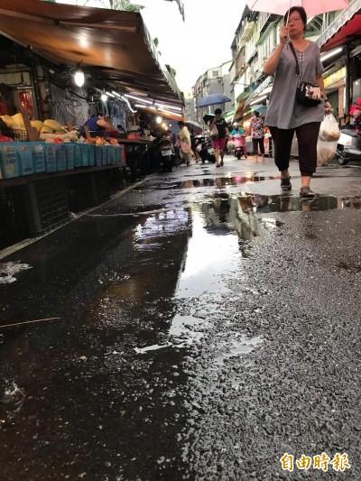 中和大勇街雨下完積水不退... 議員批市府排水溝做半套