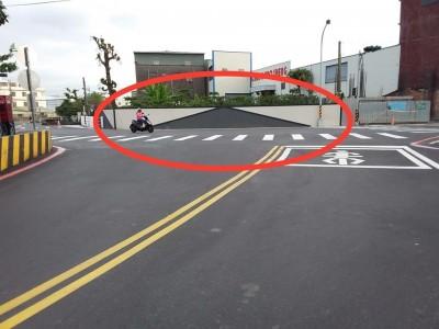 太危險了! 這座圍牆 竟然畫得像馬路
