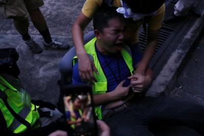 反送中》疑遭港警催淚彈波及 記者中彈痛苦倒地