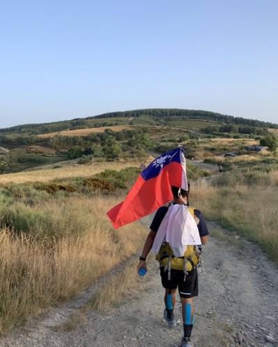 台灣大學生背國旗走西班牙  喊話:我來自台灣我驕傲