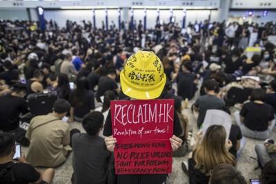 香港反送中青年圍堵老人?王丹轟:斷章取義的影片