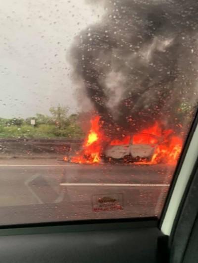網友直擊國1火燒車 拍下烈火吞噬車體驚駭照片
