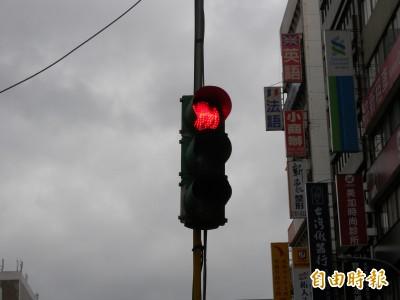 汽車「闖黃燈」撞上「闖紅燈」騎士 誰負肇事責任?