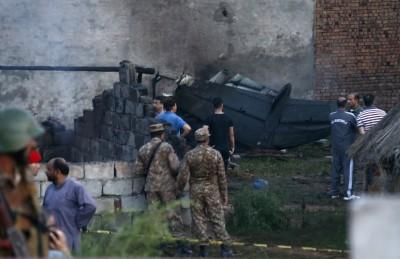 巴基斯坦軍機墜毀住宅區 17死10多傷、火勢波及數棟房