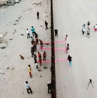 打破高牆!美墨邊境「粉紅蹺蹺板」 實現兩國孩子一起玩耍