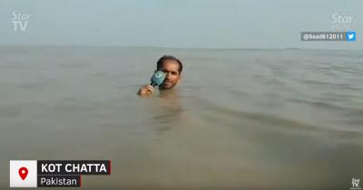 太敬業! 暴雨侵襲巴基斯坦 記者全身泡水露頭報導