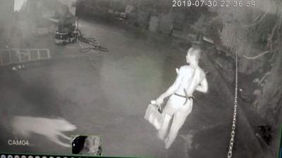 「台灣野人」危險升級?深夜帶鐮刀逛工寮被拍到