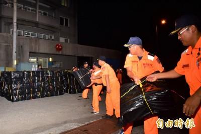 國安局輸他!13噸小漁船竟藏1.2萬條私菸 岸巡搬到手軟