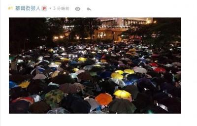 反送中》金融界挺85大罷工 上千西裝人「快閃」遮打花園