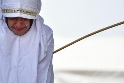 嚴懲談情說愛 印尼亞齊鞭刑11人 19歲女淚灑刑場