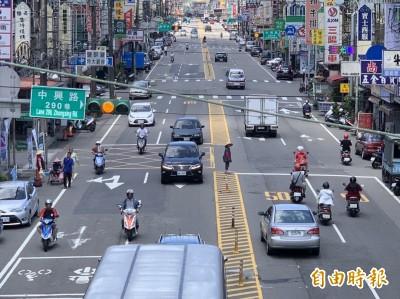 單手騎機車被檢舉 罰1萬2千元吊照3個月