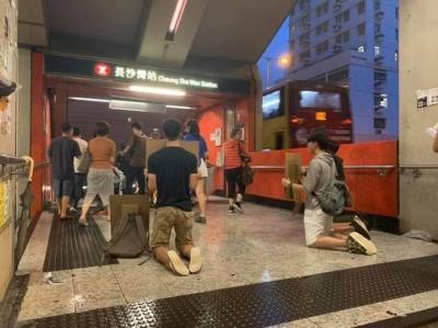 反送中》4年輕人港鐵出口默跪數小時 籲港人加入8/5大罷工!