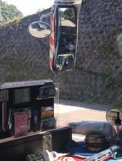 騎士危險貼大車躲太陽 司機調皮廣播:遮蔭一次收50