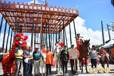 不怕中國奧步阻觀光 恆春豎孤棚古裝騎馬遊城吸目光