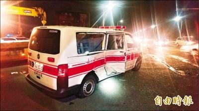 救護車爆胎後翻覆 司機病患皆身亡