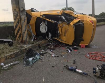 台中計程車翻覆撞電桿 司機和乘客2人不治