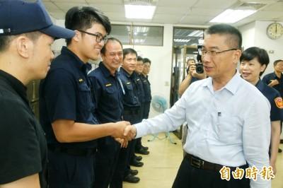 慰勞「警爸」反被請 徐國勇吃到「警界第一牛肉麵」了