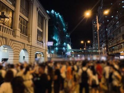 反送中》買雷射筆被捕千人聲援 警催淚彈清場、逮捕10人