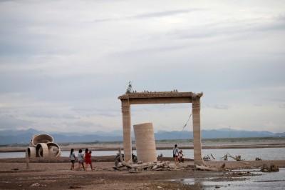 泰國10年來最嚴重旱災 遭水庫淹沒寺廟重見天日