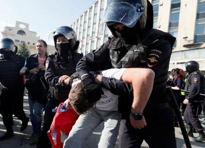 俄國夫妻帶幼子「路過」示威 恐因這點失去撫養權