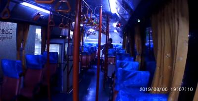 「鬼月」嚇破膽!公車司機確認沒乘客 開燈竟又冒出1口罩女
